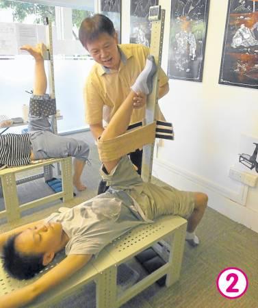 陈同学在进行拉筋,其脚无法抬高拉直,筋缩情况相当严重。