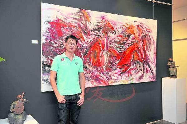 年轻有为且以画马扬名国际的林亚清,笔下的马匹色彩鲜明,生动有气势。