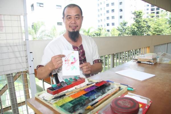 林郅桄上师用笔在一张 纸上写下 一个字,不要十分钟,一副色彩艳丽,花花绿绿的龙凤字就出来了!