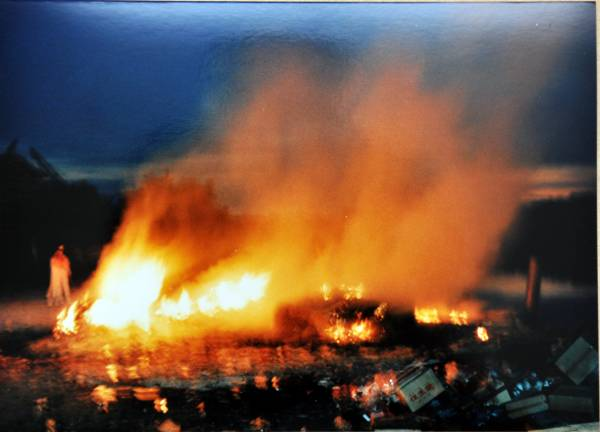 候大师在超渡亡灵,火里现出一袭白衣的观音菩萨宝相。