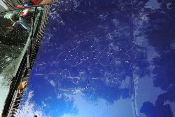 庄师傅写下的符咒,经过水的冲洗会一一浮现出来。