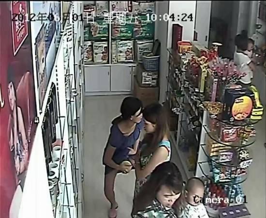 犯罪集团成员伪装孕妇偷奶粉装到衣服内藏,哪知这一切都被监控拍得清清楚楚,当场抓获。