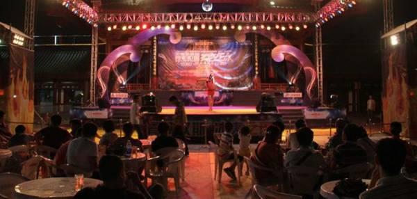 岛饮食中心通常设有歌唱娱乐场所,并流行替秀星挂彩带、戴皇冠,秀星和饮食中心老板可从中获取利润。