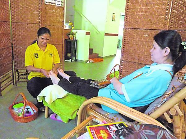 视障者经过训练成为专业的按摩师,如今他们也能提供各种按摩服务。