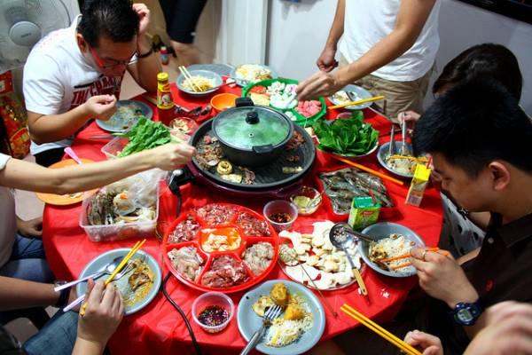 大扫除后,晚上全家可以坐在一起吃火锅,这叫旺炉,能催旺屋子的旺气。