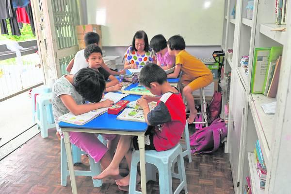 仁爱之家每天都会安排老师教导孩子,让孩子多多学习。