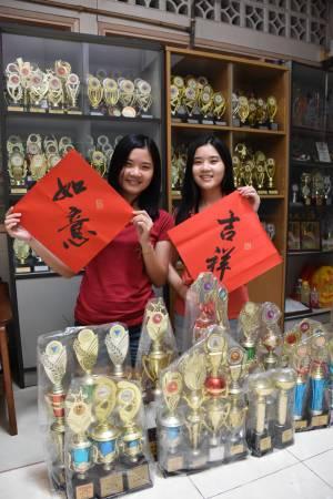 两姐妹经常参加各种书法比赛,获奖无数。