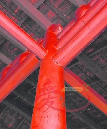 """无钉之柱-整间神庙完全不用铁钉,所有的衔接处都是采用中国古代""""榫卯""""建筑技术巧妙结合而成。)"""