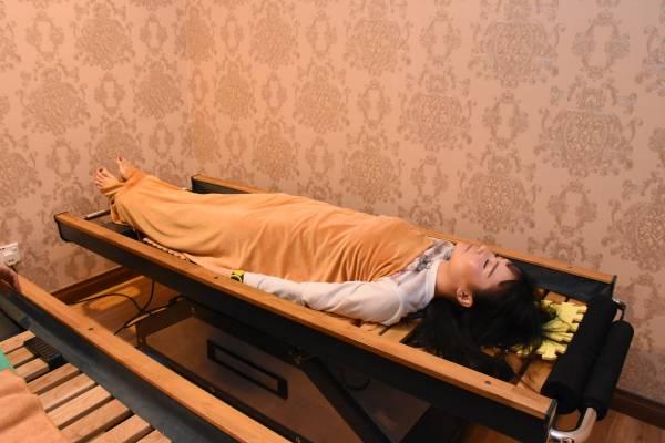 这么舒服的躺着,就能达到脊椎保健的功效,连国际著名模特Carolyn也相当热衷这项脊椎保健新科技。