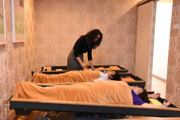 脊柱护理床的反向倒置及动态物理疗法,能够让人体在无痛的状态下达到松骨、正骨,并让骨骼自然复位。