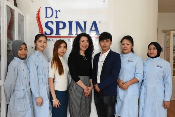 Dr Spina CEO Elaine Teoh张鎧荔、品牌创办人谢翠萍女士及莱柏尊集团(马)有限公司CEO林尚恩先生,带领整个护理团队,为前来护理的人士提供完善又温馨的护理服务。
