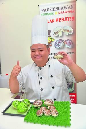 刘师傅经过多次的失败,才成功研制出趣致可爱的蘑菇包,此外,为了素食者的要求,他还研制出青色的素食蘑菇包。
