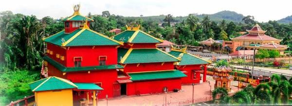 """青龙宫除了法主公显灵事迹,庙宇建设也非常特别,呈现""""一个马来西亚""""精神,与回教堂毗邻!"""