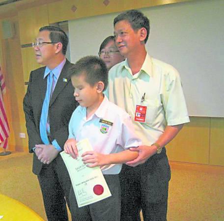 杨康润曾因UPSR考获全科A而获选为全国杰出学生,槟州首长林冠英还特别颁赠奖状褒扬他。