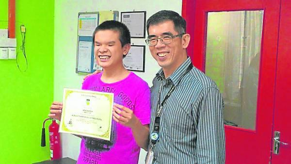 乖巧好学的杨康润,深受同学爱戴,和老师的关系也非常融洽。