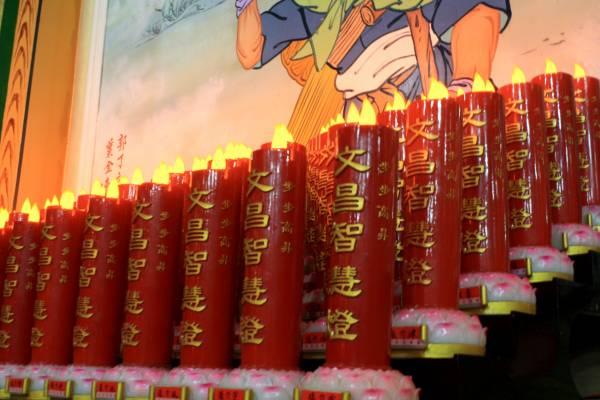 到神庙点一盏常年文昌灯,有助于孩子的智慧开窍。