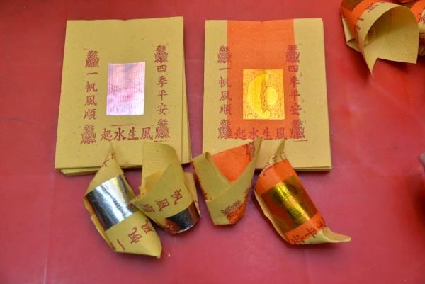 由于使用对象的不同,烧金银纸也要分辨清楚,免得触犯神明或好兄弟,金纸是用来祭拜神明的,银纸则适用于好兄弟或祖先,不可互相混用。