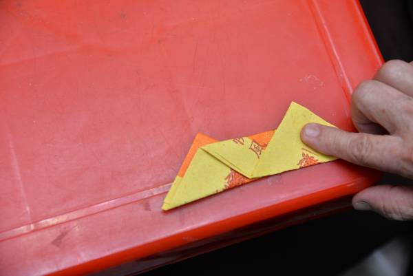 3.折完反对折后,中间再反折,呈现是这种形状。
