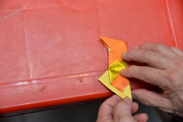 4.另一边也往上折,和上面的痕对齐。