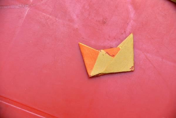 5.金纸的角各别往内折,就形成一个小元宝的形状。