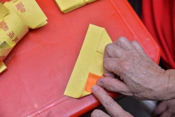 3.折完对角后,将金纸下部往上折。