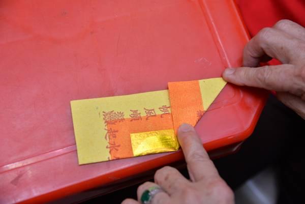 1.取一张金纸,折对角线。