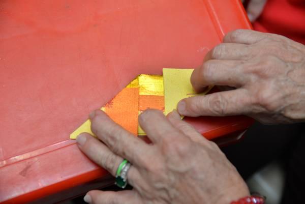2.金纸对折后,左右斜角再反对折。