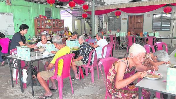 有一些善心人士提供食物,让老人家可以享用美食。