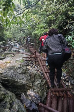 """俗语说""""不辛苦怎获得世间财"""",但对记者这次的中国长寿之旅则是""""不辛苦怎饮得长寿水""""?"""