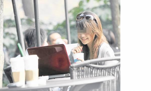 习惯在咖啡厅与客户见面的阿芳,没想到这次被劫匪相中,抢她的手提电脑。