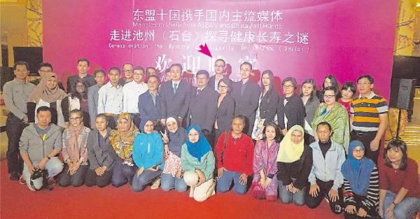 为大马世界村集团有限公司的副总裁——Ivan 张益凡(箭头者)连同东盟各大媒体团队及医学权威团队一同合照。