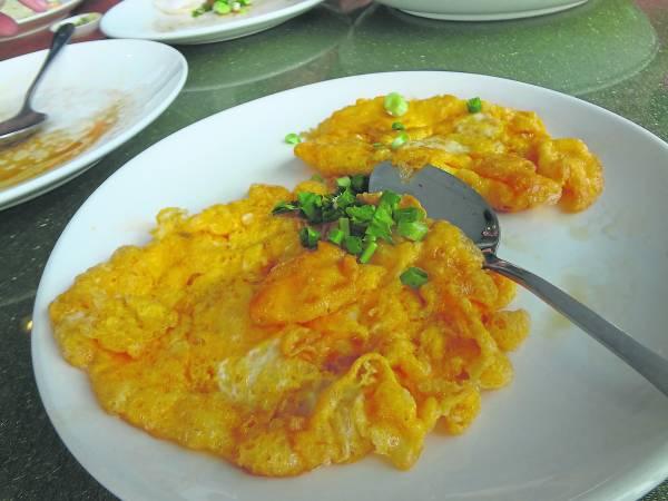 看起来其貌不 扬的鸭蛋料理,滋味浓厚!