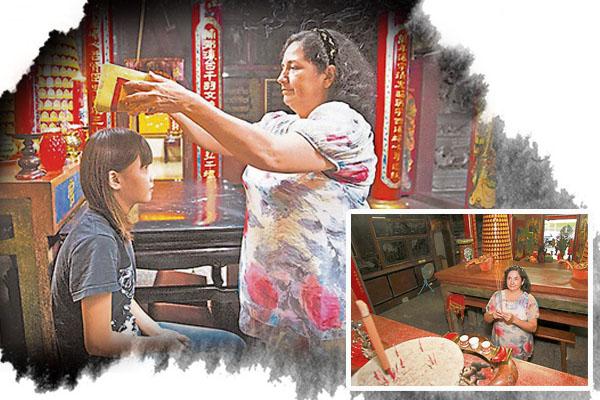 罗美智是全台湾唯一老外庙婆,负责收惊、点光明灯、解签诗等庙务工作。