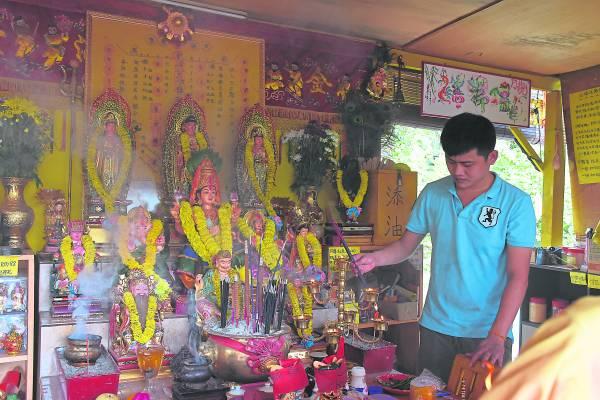 印度神明喜欢香气,故信徒可以在膜拜的时候点燃甘文烟,甚至为神明佩戴花圈,以获得神明保佑。