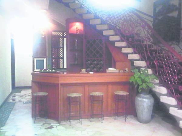 楼梯底下不仅充满秽气,更让人有压迫感,若设置收银台,财气遭践踏。