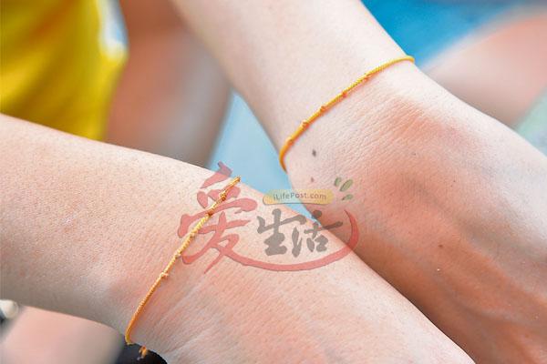 黄色结绳蕴藏济公无上的神力加持,绑在左手能招财招贵人,绑在右手则催旺事业保平安。