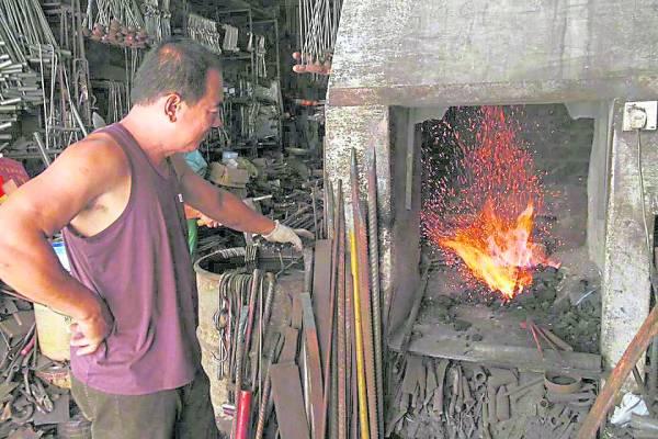 生火打铁是一门技术活,非一般人可胜任。