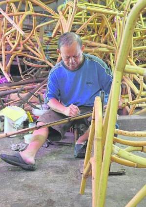 1.师父选好适用的藤就开始做尺寸计算。