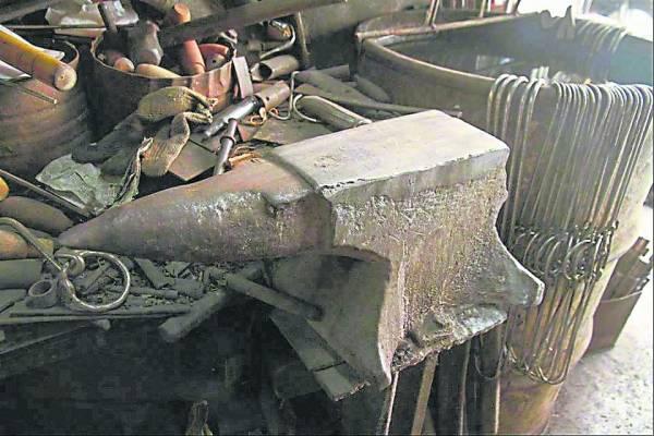 百年坚硬的铁砧表面已被岁月磨滑。