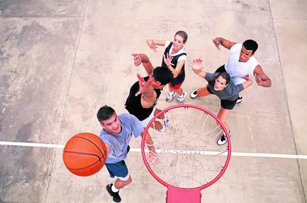 basketball:与同事、朋友相约运动,互动多了,人就不易空虚。