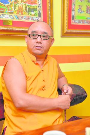 普措伍登喇嘛:黄财神的法力不只是提供财气,在事业上、家庭上、工作上等都能诸事吉祥。