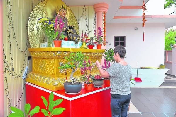 马来西亚桑耶寺佛法学会在巴生开创道场后,吸引许多善信来膜拜,祈福求财消业障。