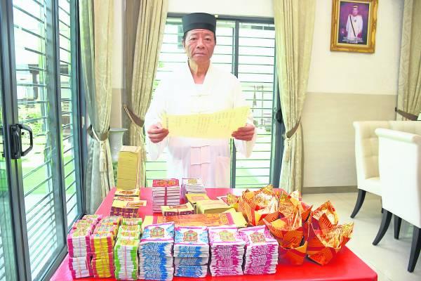 来自台湾桃园,全真第25代弟子張世昌大师(道号信昌子),应祥灵宫邀请数度前来为善信们补财库。他还表示,补财库需求愈大,所需的金纸数量越多。