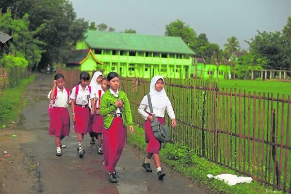 索菲亚每天跟同学一起走路上学去。