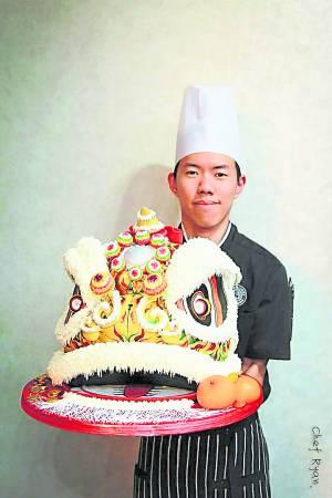 配合柔佛古庙百年游神庆典而精心制作的舞狮头蛋糕。