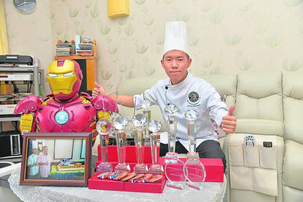 天才蛋糕师罗楚胜Ryan精心制作了一个真人版大小的钢铁侠(Iron Man)翻糖蛋糕,造型栩栩如生,简直和真的一样!