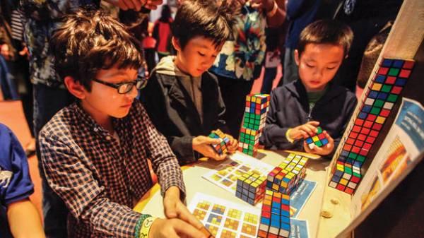 全球有不少魔术方块展览及竞技场,吸引不少小孩至年轻人踊跃参与。