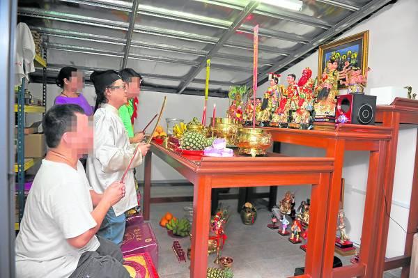 王忠文师父带领高先生与叶姓助手在生基室拜拜。