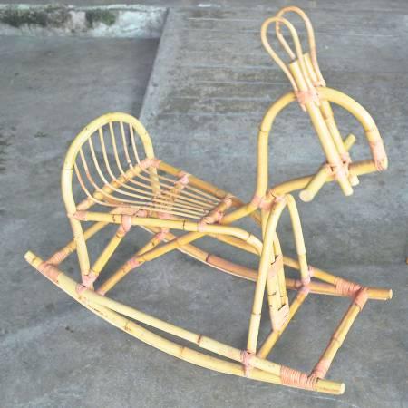 创意十足的藤制小木马,叫小孩爱不释手。
