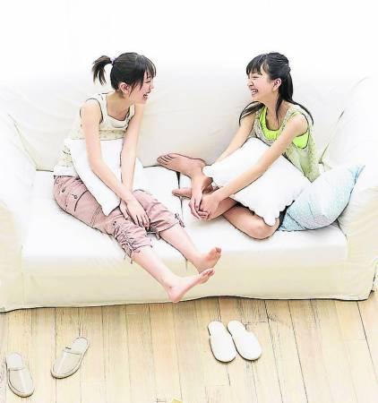 与朋友聊天、听她倾诉,能让她拨开心中的乌云,重拾自信。